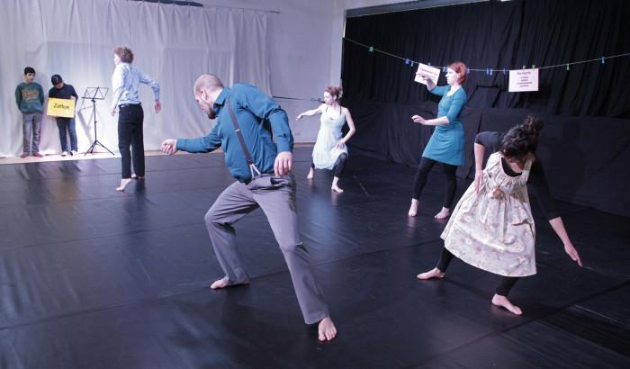 Lecture Performance der 5 Step by Step-Choreographen: Eva Bernhard, Pepita Carstens, Meike Klapprodt,Tyll Wibben und Philipp Wiesner, um den teilnehmenden Klassen Bewegung im Zeitgenšössischen Tanz nahezubringen.